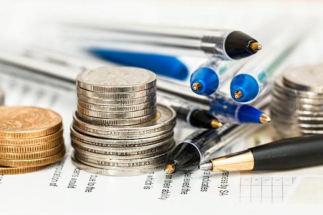 Pessoa estudando finanças