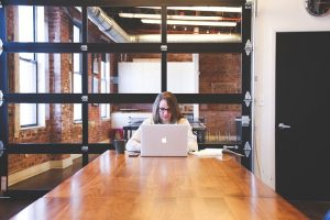 mulher estudando negócios