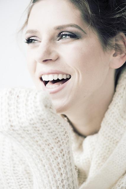 mulher sentada no sofá sorrindo